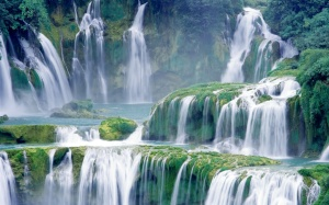 Amazing-Lush-Green-Waterfall